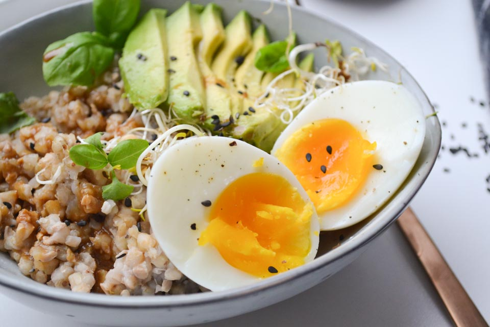 Een Breakfast Bowl met Boekweit, Avocado en Ei